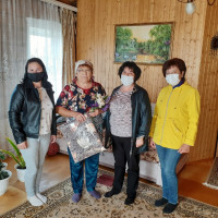 Сейтяковская сельская библиотека вместе с администрацией сельского поселения посетили пожилых людей на дому, поздравили их с праздником, вручили подарки и осенние цветы.
