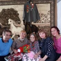 Тучубаевская сельская библиотека. Поздравление ветерана ВОВ Зартдинову Кабиру Зартдиновну с женским праздником.