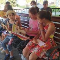 Лето с хорошей книгой! Детская модельная библиотека организовала для детей из реабилитационного центра летний читальный зал, расположенный на свежем воздухе перед зданием Дворца культуры.