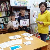 """Сейтяковская сельская библиотека провела беседу с детьми «Мир без табачного дыма», а затем провела уличную акцию """"Сегодня курить не модно!"""""""