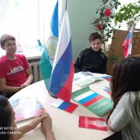 """В Тошкуровской сельской библиотеке для молодёжи прошёл час информации """"Флаг державы -символ славы"""". Для участников была подготовлена видео- презентация, а также участвовали в викторине."""