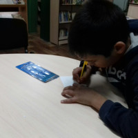 Наши руки не для скуки, было бы терпение. На днях общими усилиями было украшено помещение библиотеки к Наступающему Новому году.